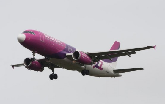 """""""Wizz Air"""" atceļ maksu par rokas bagāžu"""