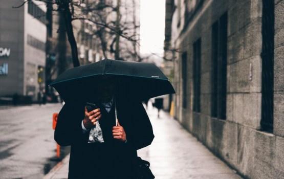 Svētdienas rīts vējains un lietains, vietām arī snieg