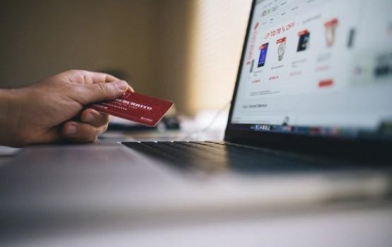 Pētījums: Latvijas iedzīvotāji pirkumiem tiešsaistē visbiežāk izmanto datoru