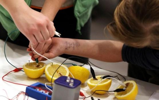 Latvijas skolēniem grūtības ar problēmu risināšanu savstarpējā sadarbībā