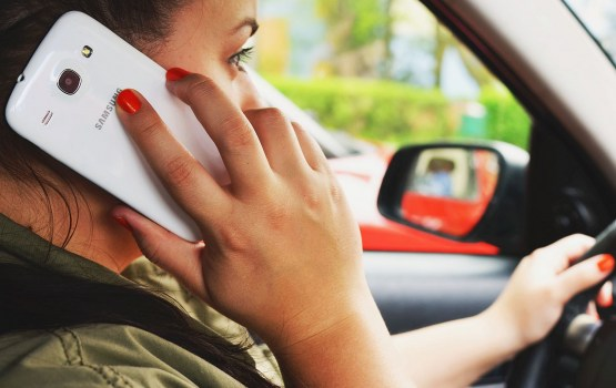Aptauja: Latvijā 22% autovadītāju lieto mobilo tālruni, vadot auto