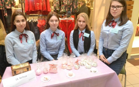 Skolēni spodrināja savas uzņēmējprasmes Ziemassvētku gadatirgū Daugavpilī