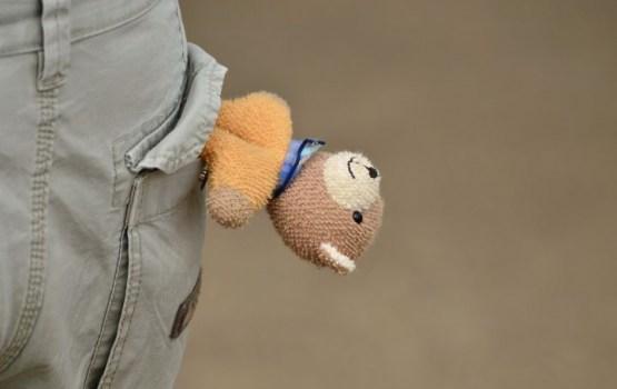 Mazs bērns Purvciemā stāv uz ielas, kamēr tēvs atrodas spēļu zālē