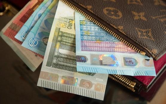 """""""Oligarhu lietas"""" komisijas divu darbinieku algošanai izlietoti 9468 eiro pirms nodokļu nomaksas"""