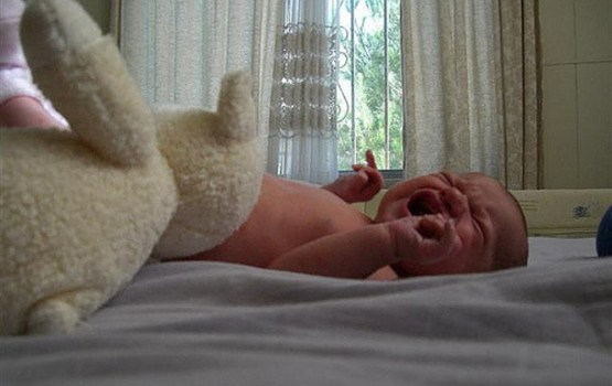 Izkrītot no dīvāna, zīdainis gūst galvas smadzeņu satricinājumu