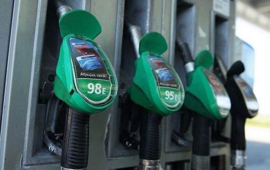 Viļņā dīzeļdegvielas cena turpina sarukt, Rīgā un Tallinā aug