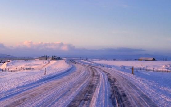 Sniegs un apledojums šorīt daudzviet apgrūtina braukšanu