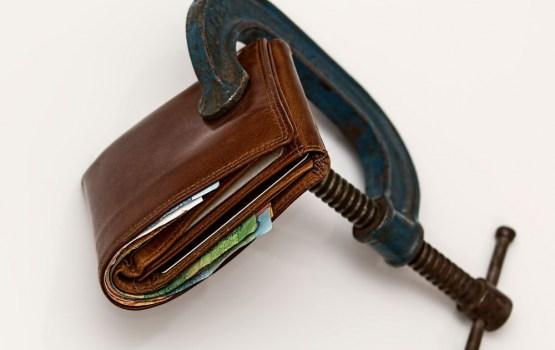 Trīs bērnu māmiņai nodokļu reforma nesusi mazāku algu; ministrija māca likumus
