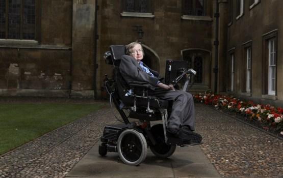 Miris zinātnieks Stīvens Hokings