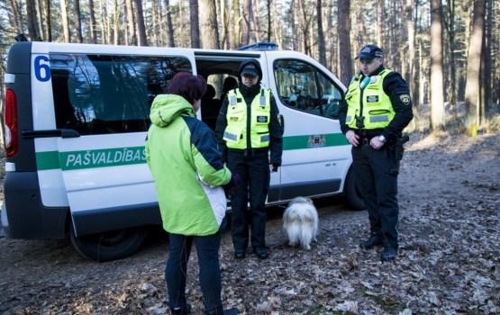 Pārbaudēs Rīgas parkos 20 saimnieki pieķerti ar suņiem, kas nav čipēti vai vakcinēti