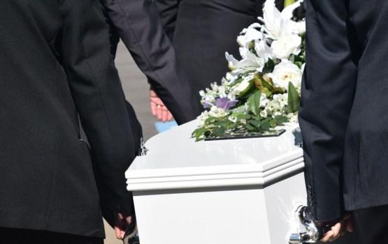 Vēl nebijis gadījums: ģimenei Jūrmalā apbedīšanai atdod svešu mirušo