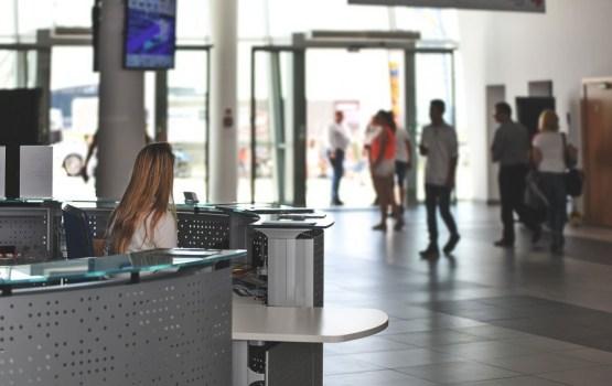 Rīgas lidostā aizturēta meklēšanā izsludināta Latvijas pilsone