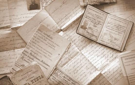 """Baltā galdauta svētki bibliotēkā – izstāde """"Senā dokumenta stāsts"""""""