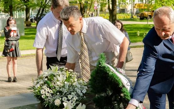 8. maijā notiek piemiņas brīži un ziedu nolikšana karavīru un fašisma upuru piemiņas vietās