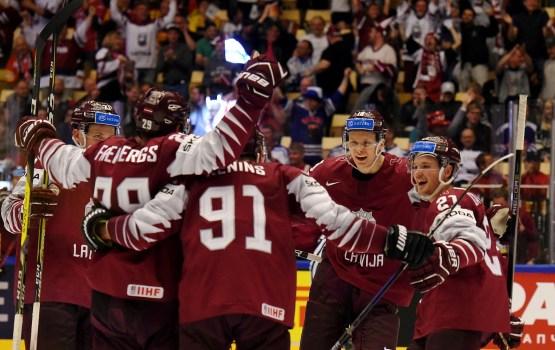 Latvijas hokeja izlase uzvar Vāciju un turpina cīņu par ceturtdaļfinālu