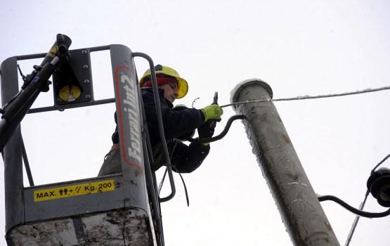 Atsevišķos novados spēcīgā vēja dēļ traucēta elektroapgāde