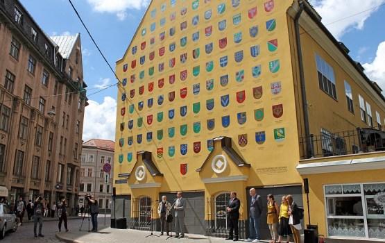 Atklāta pašvaldību dāvinātā īpaši apgleznotā ģerboņu siena par godu Latvijas simtgadei