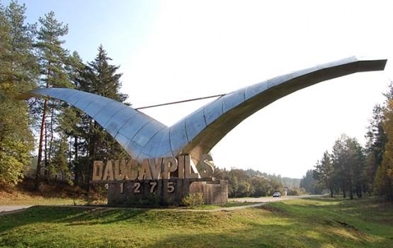 Deputāti iepazinās ar Daugavpils robežas zīmes KAIJA izgaismošanas projektu