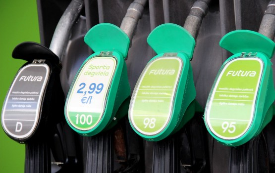 Rīgā degvielas cenas joprojām nemainās, Viļņā sarūk, bet Tallinā aug