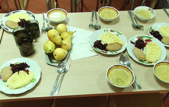 Slēgs ilgtermiņa līgumus par skolēnu ēdināšanu skolās