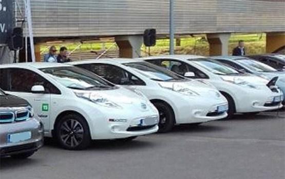 """Elektromobiļu maratons """"Uzlādes tīkls savieno pilsētas"""" pietur Daugavpilī"""