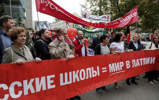 Krievu skolu aizstāvju protesta pasākums pulcē apmēram 2500 dalībnieku