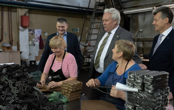 """Zemkopības ministrs tikās ar AS """"Ditton pievadķēžu rūpnīca"""" vadību un darbiniekiem"""