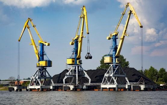 Latvijas ostās deviņos mēnešos pārkrauti par 2,2% vairāk kravu