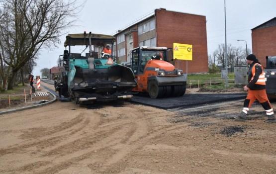 Ludzā Dagdas ielas posmā ir ieklāta pirmā asfalta kārta