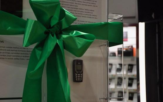 Daugavpilī atklāta Latvijas slavenību veco mobilo tālruņu izstāde