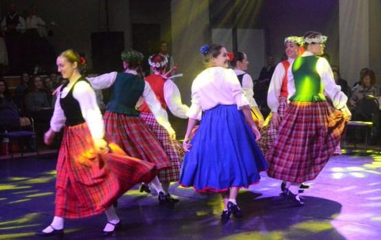"""DU Deju kolektīvs """"LAIMA"""" skatītājiem piedāvāja koncertprogrammas """"LAIKMETA AINIŅAS"""" pirmatskaņojumu"""