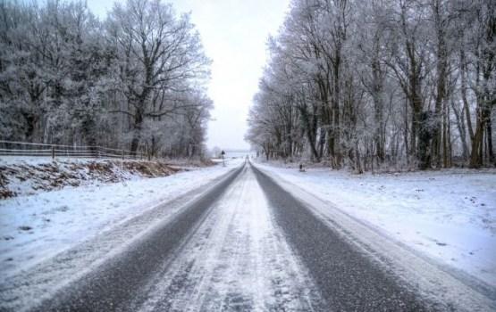 Autoceļi šorīt daudzviet ir sniegoti un apledo