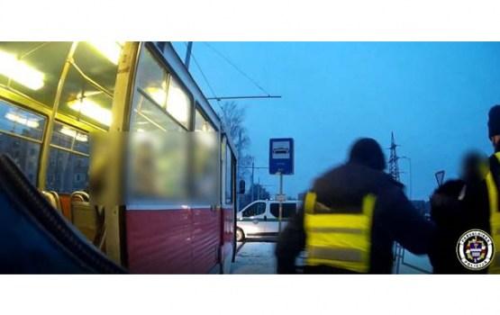 Policija aiztur personu par uzbrukumu sabiedriskajā transportā