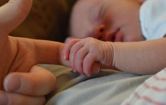 Pētījums: Latvijā 41% bērnu dzimst ārpus laulības