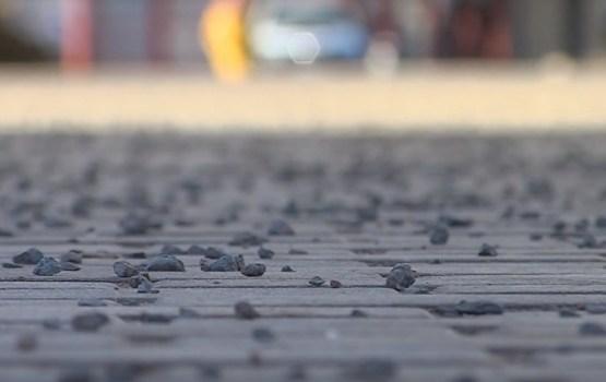 Daugavpilī nākamgad turpinās eksperimentēt ar granīta šķembu kaisīšanu uz ietvēm ziemas sezonā